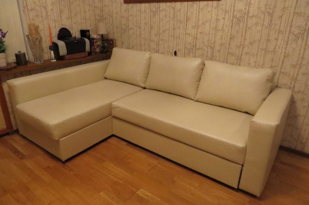 перетяжка углового дивана экокожей