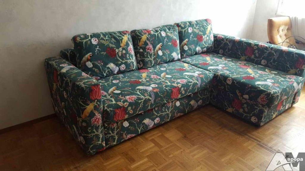 Обивка дивана яркой тканью
