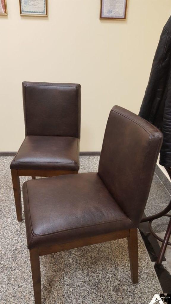 Перетяжка стульев кожей фото 18