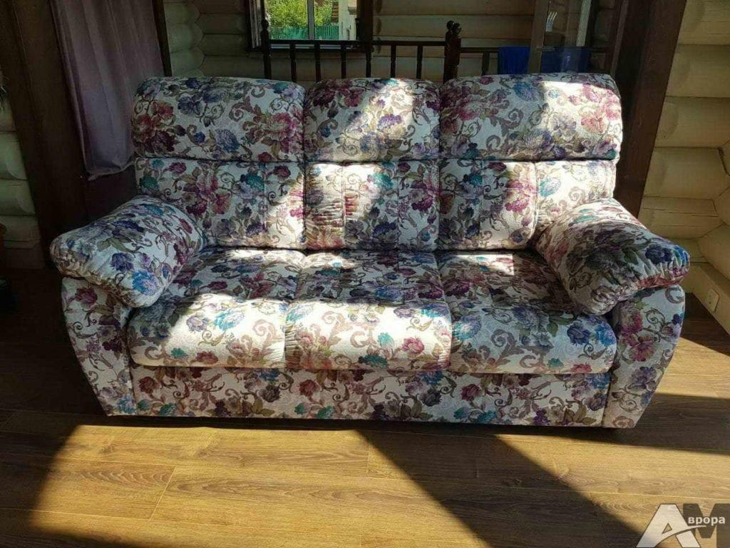 Перетяжка трехместного дивана фото 17
