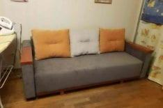 Перетяжка дивана с деревянными подлокотниками